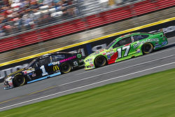 Jamie McMurray, Chip Ganassi Racing Chevrolet et Ricky Stenhouse Jr., Roush Fenway Racing Ford