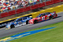 Dale Earnhardt Jr., Hendrick Motorsports Chevrolet et A.J. Allmendinger, JTG Daugherty Racing Chevrolet