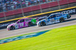 Kyle Busch, Joe Gibbs Racing Toyota et Dale Earnhardt Jr., Hendrick Motorsports Chevrolet