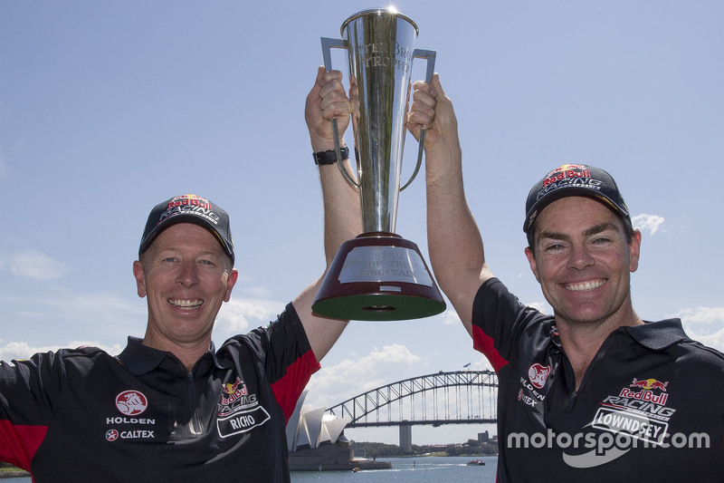 Winnaars Craig Lowndes en Steven Richards, Triple Eight Race Engineering Holden vieren met de Bathur