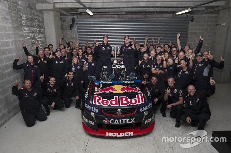 Winnaars Craig Lowndes en Steven Richards, Triple Eight Race Engineering Holden vieren met het team
