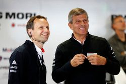 Технический директор проекта LMP1 команды Porsche Александр Хитцингер и глава отделения LMP1 команды Porsche Фриц Энцингер