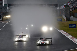 #17 Porsche Team Porsche 919 Hybrid: Timo Bernhard, Mark Webber, Brendon Hartley and #18 Porsche Tea