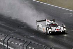 السيارة رقم 17 فريق بورشه 919 الهجينة: تيمو بيرنهارد، مارك ويبر، برندون هارتلي