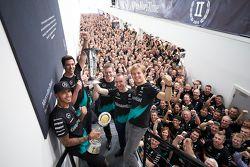 Lewis Hamilton, Nico Rosberg, Toto Wolff et l'ensemble de Mercedes GP célèbrent le titre constructeurs 2015