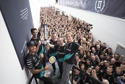 Lewis Hamilton, Nico Rosberg, Toto Wolff y compañía celebran el título de constructores 2015