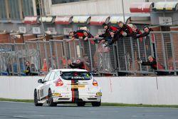 Il vincitore di Gara 2 Mat Jackson, Motorbase Performance Ford Focus