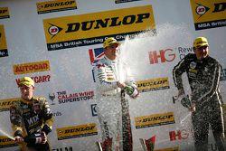 Podio Gara 2: il terzo classificato Adam Morgan, WIX Racing Mercedes Benz A-Class, il vincitore Mat