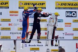 Podio Gara 3: il terzo classificato Jack Goff, MG 888 Racing MG6, il vincitore Jason Plato, Team BMR