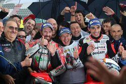 Il terzo classificato Ivan Goi e il vincitore Michele Pirro, Barni Racing Team, festeggiano con la s