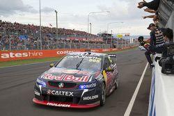 Craig Lowndes and Steven Richards, Triple Eight Race Engineering Holden tagliano per primi il tragua