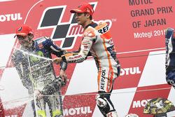 Le vainqueur Dani Pedrosa, Repsol Honda Team et le deuxième, Valentino Rossi, Yamaha Factory Racing