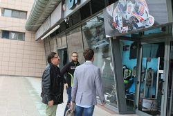 Sylvain Guintoli all'esterno del megastore Oram