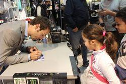 Sylvain Guintoli firma autografi ai giovani tifosi