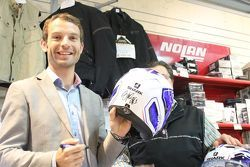 Sylvain Guintoli autografa un casco Shark