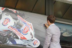 Sylvain Guintoli firma un autografo