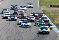 Start: #7 Bentley Team HTP Bentley Continental GT3: Jeroen Bleekemolen, Luca Stolz leads
