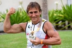 Alex Zanardi festeggia dopo aver vinto la sua classe nel triathlon Ironman delle Hawaii