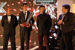 Ricky Donison en fazla pole pozisyonunun sahibi olduğu için ödülünü alıyor