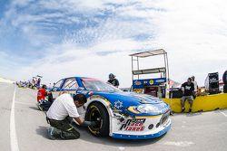 Meccanici nel box con la macchina di Enrique Contreras, Race planet