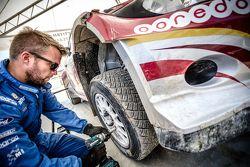ميكانيكي يعمل على سيارة ناصر العطية، رالي الأردن