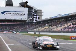 Timo Scheider, Audi Sport Team Phoenix Audi RS 5 DTM passe la ligne en vainqueur