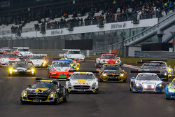 Inicio: #2 Black Falcon Mercedes-Benz SLS AMG GT3: Hubert Haupt, Yelmer Buurman, Adam Christodoulou,