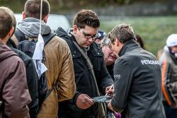 Bernd Schneider schreibt Autogramme für die Fans
