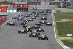 Partenza gara 1: Felix Rosenqvist, Prema Powerteam Dallara Mercedes-Benz in testa