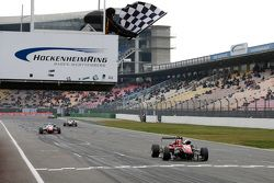 1. Yarış kazananı Lance Stroll, Prema PowerTeam Dallara Mercedes-Benz