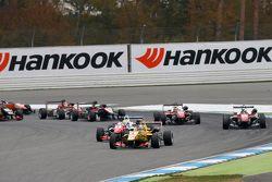 2. Yarış startı: Antonio Giovinazzi, Jagonya Ayam ile Carlin Dallara Volkswagen, lider
