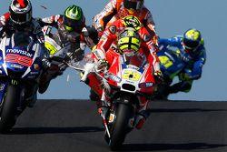 Andrea Iannone, Ducati Team, rijdt een vogel aan