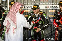 Tom Sykes, Kawasaki reçoit le trophée de la pole position
