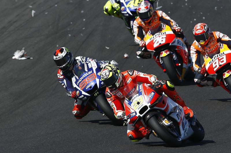 Andrea Iannone, Ducati Team, erwischt eine Möwe