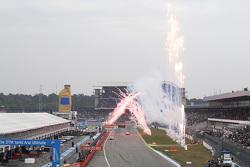 Mattias Ekström, Audi Sport Team Abt Sportsline, Audi A5 DTM, sieht die Zielflagge