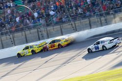 La collisione tra Joey Logano, Team Penske Ford e Matt Kenseth, Joe Gibbs Racing Toyota
