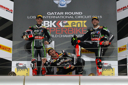 Le podium de la Course 1 : Jordi Torres, Aprilia Racing Team, avec Jonathan Rea et Tom Sykes, Kawasaki Racing Team
