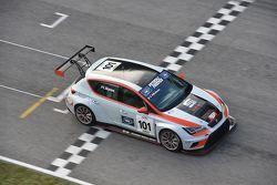 Valentina Albanese, Seat Motorsport Italia, Seat Leon Racer-TCR #101 taglia il traguardo