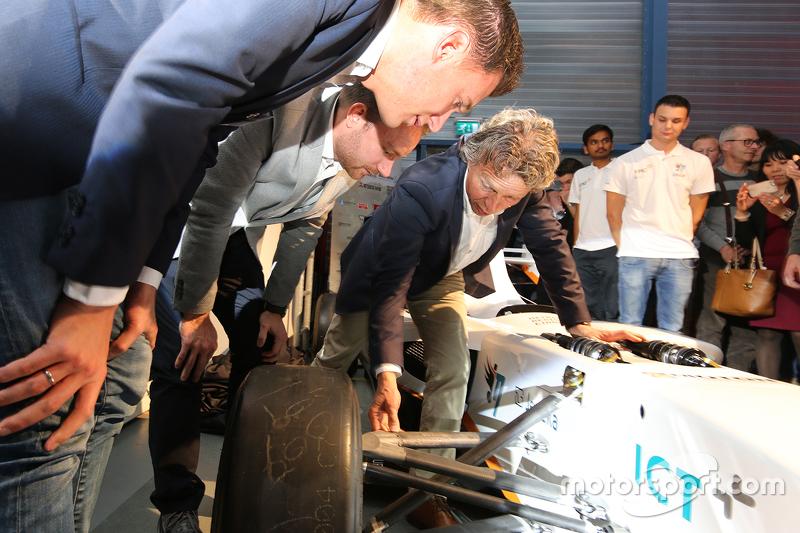 Nicky Catsburg, Xavier Maassen en Jan Lammers bestuderen de elektrische racewagen