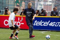 Sergio Pérez e Nico Hulkenberg, Sahara Force India giocano a calcio a Città del Messico