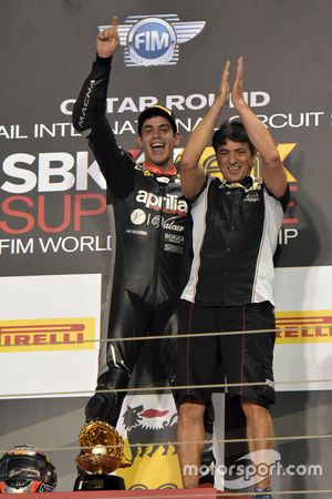 Le vainqueur de la course 1 Jordi Torres, Aprilia Racing Team sur le podium