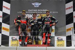 Podium de la course 2 : le deuxième, Chaz Davies, Ducati Team, le vainqueur Leon Haslam, Aprilia Racing Team, et le troisième, Tom Sykes, Kawasaki