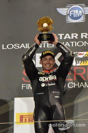 El ganador de la prueba 2 Leon Haslam, Aprilia Racing Team en el podio