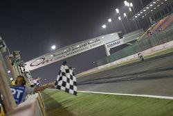 Kyle Smith, Pata Honda passe sous le drapeau à damiers et remporte la course