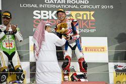 Le vainqueur Kyle Smith, Pata Honda reçoit son trophée sur le podium