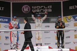 Ganador Nyck de Vries, DAMS, el segudno lugar Oliver Rowland, Fortec Motorsports,y el tercer puesto