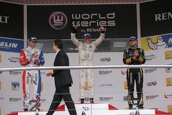 Победитель гонки Ник де Врис, DAMS, обладатель второго места Оливер Роуленд, Fortec Motorsports и фи