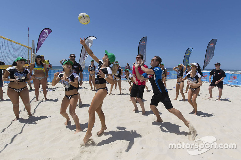Beach-Volleyball gegen die Miss V8-Supercar Girls