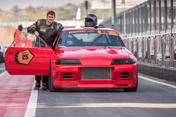 Дмитрий Капустин толкает свой Nissan Skyline GT-R в боксы
