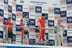 Podio gara 1: secondo Jake Dennis, il vincitore Lance Stroll e il terzo Felix Rosenqvist, Prema Powe